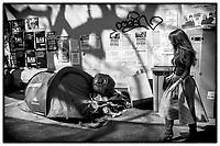 Europe /France/Ile de France/Paris :   Boulevard de Ménilmontant  - Contraste urbain ; SDF  et sa tente et jeune femme  //Europe / France / Ile de France / Paris: Boulevard de Ménilmontant - Urban contrast; Homeless man and his tent and young woman