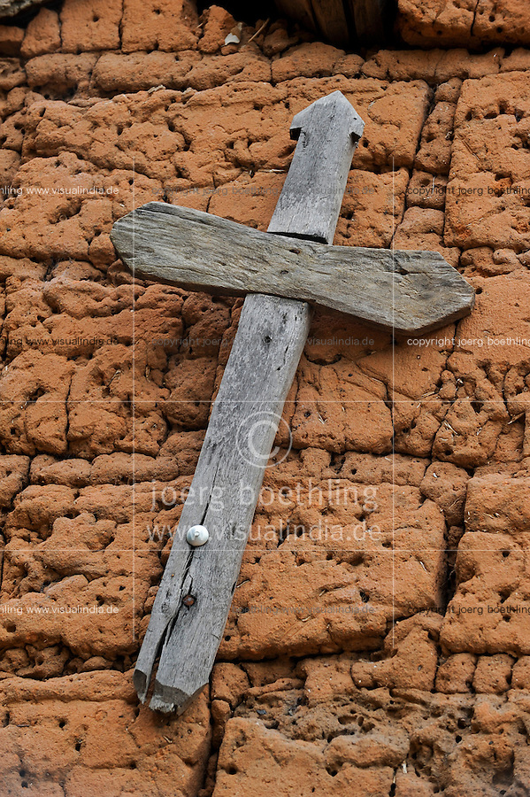 Angola Kwanza Sul, village Sao Pedro, wooden cross at clay wall of village church/ ANGOLA Kwanza Sul, Dorf Sao Pedro, Dorfkirche, hoelzernes Kreuz an Lehmwand der Kirche