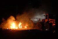 Bombeiros apagam o fogo posto nas barreiras durante os protestos. durante o dia de ontem vários confrontos  se espalharam pela cidade de Tailândia. Após apreensão madeireira de mais de 10000 metros cúbicos que deveriam ser levadas para Belém pelos fiscais da Sema que sairam da cidade após serem detidos por madeireiros.<br /> Em uma operação iniciada na última segunda feira as 7:30 horas da manhã nos arredores de Tailândia(sul do Pará), cerca de 120 homens com 30 viaturas,  da Polícia Militar do estado do Pará, polícia civil e agentes do Ibama medem toras de madeira na madeireira Catarinense, suspeita de iregularidade. Durante a operação já foram apreendidas cerca de 10.000 mts cúbicos de espécimes diversas como Jatobá, Mata mata e angelim  com 4 prisões. Até agora seis serrarias uma carvoaria e uma mineradora(areia) já foram autuadas.<br /> Tailândia Pará Brasil<br /> 20 02 2008<br /> Foto Paulo  Santos