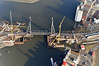 """Rethehubbruecke Neubau: EUROPA, DEUTSCHLAND, HAMBURG, (EUROPE, GERMANY), 01.03.2013: Die Rethe-Hubbruecke ist als Hubbruecke fuer den Straßen- und Eisenbahnverkehr Teil der Infrastruktur im Hamburger Hafen, die von der Hamburg Port Authority (HPA) verwaltet wird. Im Februar 2010 begannen die Bauarbeiten fuer eine Klappbruecke mit 104 Metern Spannweite, die direkt westlich neben der alten Rethe-Hubbruecke gebaut wird und diese ersetzen soll. Die Hubbruecke soll nach Fertigstellung der Klappbruecke voraussichtlich im Jahr 2014 zurueckgebaut werden. Bauherr ist die Hamburger Port Authority (HPA). Die Entwurfsplanung erfolgte durch die Ingenieurbüros GRASSL Beratende Ingenieure und Sellhorn Ingenieurgesellschaft. Die Bauausfuehrung erfolgt durch die  """"Arge Rethebruecke"""", ein Zusammenschluss der Hochtief Solutions, Bilfinger F+Z, Bilfinger MCE und Waagner Biro"""