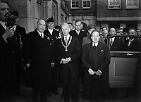 William Lyon Mackenzie King, Prime Minister of Canada, at the City Hall in Amsterdam. Posing with Mayor d'Ailly<br /> , November 19, 1947<br /> ,Amsterdam, North Holland<br /> <br /> Photographer Sagers, Harry / Anefo