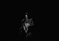 """2 juin 1965. Plan 3/4 sur scène du chanteur Johnny Hallyday à l'occasion d'une soirée """"Nuit de la Légion Etrangère"""" au théâtre du Capitole."""