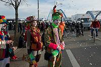 Mehrere tausend Menschen protestierten am Samstag den 18. Januar 2014 in Magdeburg gegen eine Demonstration von ca. 700 Neonazis. Die Nazis demonstrierten in Gedenken an die Bombardierung von Magdeburg am 16.1.1945 durch die Alliierten.<br />Die Polizei verhinderte erfolgreich alle Blockadeversuche der Gegendemonstranten. Dafür waren Polizeieinheiten aus Berlin, Niedersachsen, Sachsen und Hessen nach Magdeburg beordert worden.<br />Im Bild: Sog. Rebell-Clowns vor einer Polizeiabsperrung. Die Polizei hat eine Elbbruecke gesperrt, und laesst die Menschen nicht zu einer SPD-Veranstaltung auf der Ostseite der Elbe in Magdeburg-Herrenkrug. In der Naehe der SPD-Veranstaltung sollen Neonazis aufmarschiert sein.<br />18.1.2014, Magdeburg<br />Copyright: Christian-Ditsch.de<br />[Inhaltsveraendernde Manipulation des Fotos nur nach ausdruecklicher Genehmigung des Fotografen. Vereinbarungen ueber Abtretung von Persoenlichkeitsrechten/Model Release der abgebildeten Person/Personen liegen nicht vor. NO MODEL RELEASE! Don't publish without copyright Christian-Ditsch.de, Veroeffentlichung nur mit Fotografennennung, sowie gegen Honorar, MwSt. und Beleg. Konto:, I N G - D i B a, IBAN DE58500105175400192269, BIC INGDDEFFXXX, Kontakt: post@christian-ditsch.de<br />Urhebervermerk wird gemaess Paragraph 13 UHG verlangt.]