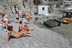 Foto: VidiPhoto<br /> <br /> AGIOS FOKAS – De veelal Nederlandse toeristen worden dinsdag verjaagd door een shovel, bij de geneeskrachtige Embros Thermen op het Griekse eiland Kos. De Embros Thermen ondergaan op dit moment een ingrijpende renovatie, waarbij de dichtgeslibde warmaterbron wordt uitgediept en de dam van stenen tussen zee en thermen wordt versterkt en afgedicht. Vervelend voor de toeristen die een flinke tocht hebben gemaakt om de thermen te bereiken. Tussen het werk door proberen ze echter toch nog even in het modderige water te badderen. Deze maand zijn er meer Nederlandse toeristen op Kos dan er ooit in mei zijn geweest, aldus vakantie-aanbieder Corendon. Oorzaak is mogelijk de relatief lage hotelkosten op het eiland vanwege de crisis. Om de belasting te kunnen (blijven) ontduiken vragen winkels, horeca en verhuurbedrijven aan toeristen contant te betalen en niet met pin.