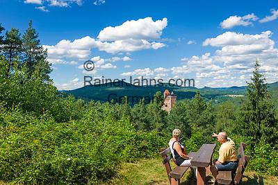 Deutschland, Rheinland-Pfalz, Dahner Felsenland, Erlenbach bei Dahn: Aussichtspunkt von der nahegelegenen Vorburg Klein-Frankreich zur Burg Berwartstein, auch (hochdeutsch) Baerbelstein oder (pfaelzisch) Baerwelstein, bewohnte mittelalterliche Burg im suedlichen Pfaelzerwald   Germany, Rhineland-Palatinate, Dahner Felsenland, Erlenbach bei Dahn: viewpoint near tower named Little France towards Berwartstein Castle a medieval castle in the southern part of the Palatinate Forest
