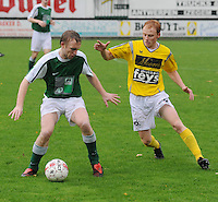 SC Wielsbeke - KM Torhout..Hendrik Reynaert (links) beschermt de bal voor Olivier Vanwynsberghe (rechts)..foto VDB / BART VANDENBROUCKE