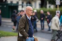 """Demonstration gegen Mietwucher, Gentrifizierung und Wohnraumspekulanten.<br /> Unter dem Motto """"Wem gehört die Stadt? Solidarisch gegen hohe Mieten!"""" demonstrierten am Samstag den 9. September 2017 in Berlin ca. 1.500 Menschen.<br /> IM Bild: Dietrich von Boetticher, Besitzer des in Kreuzberg neu eroeffneten Luxushotel """"Orania.Berlin"""" betrachtet die Demonstranten die sich vor seinem Hotel versammelt haben.<br /> 9.9.2017, Berlin<br /> Copyright: Christian-Ditsch.de<br /> [Inhaltsveraendernde Manipulation des Fotos nur nach ausdruecklicher Genehmigung des Fotografen. Vereinbarungen ueber Abtretung von Persoenlichkeitsrechten/Model Release der abgebildeten Person/Personen liegen nicht vor. NO MODEL RELEASE! Nur fuer Redaktionelle Zwecke. Don't publish without copyright Christian-Ditsch.de, Veroeffentlichung nur mit Fotografennennung, sowie gegen Honorar, MwSt. und Beleg. Konto: I N G - D i B a, IBAN DE58500105175400192269, BIC INGDDEFFXXX, Kontakt: post@christian-ditsch.de<br /> Bei der Bearbeitung der Dateiinformationen darf die Urheberkennzeichnung in den EXIF- und  IPTC-Daten nicht entfernt werden, diese sind in digitalen Medien nach §95c UrhG rechtlich geschuetzt. Der Urhebervermerk wird gemaess §13 UrhG verlangt.]"""