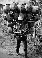 Mann am Lago Atitlan, Guatemala 1970er Jahre. Man near Atitlan lake, Guatemala 1970s.