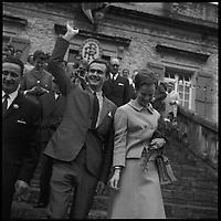 Dans le Lot. 12-16 Octobre 1966. Vue du couple princier du Danemark devant une mairie du Lot au milieu de la foule.
