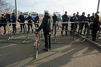 Mehrere tausend Menschen protestierten am Samstag den 18. Januar 2014 in Magdeburg gegen eine Demonstration von ca. 700 Neonazis. Die Nazis demonstrierten in Gedenken an die Bombardierung von Magdeburg am 16.1.1945 durch die Alliierten.<br />Die Polizei verhinderte erfolgreich alle Blockadeversuche der Gegendemonstranten. Dafür waren Polizeieinheiten aus Berlin, Niedersachsen, Sachsen und Hessen nach Magdeburg beordert worden.<br />Im Bild: Polizeibeamte aus Sachsen sperren eine Elbbruecke, und lassen die Menschen nicht zu einer SPD-Veranstaltung auf der Ostseite der Elbe in Magdeburg-Herrenkrug. In der Naehe der SPD-Veranstaltung sollen Neonazis aufmarschiert sein.<br />18.1.2014, Magdeburg<br />Copyright: Christian-Ditsch.de<br />[Inhaltsveraendernde Manipulation des Fotos nur nach ausdruecklicher Genehmigung des Fotografen. Vereinbarungen ueber Abtretung von Persoenlichkeitsrechten/Model Release der abgebildeten Person/Personen liegen nicht vor. NO MODEL RELEASE! Don't publish without copyright Christian-Ditsch.de, Veroeffentlichung nur mit Fotografennennung, sowie gegen Honorar, MwSt. und Beleg. Konto:, I N G - D i B a, IBAN DE58500105175400192269, BIC INGDDEFFXXX, Kontakt: post@christian-ditsch.de<br />Urhebervermerk wird gemaess Paragraph 13 UHG verlangt.]
