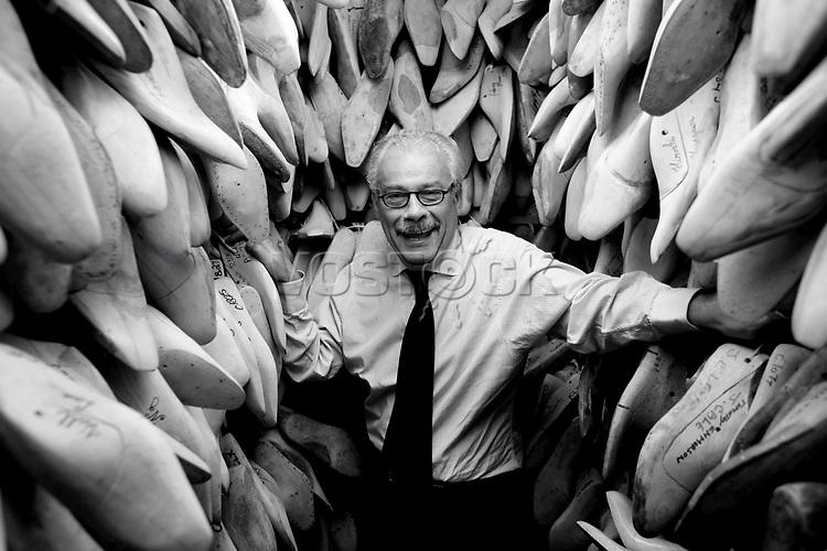 40 Jahre Erfahrung: George Glasgow zwischen den Leisten seiner Kunden. Er arbeitete bis zu dessen Tod 1991 mehr als 20 Jahre mit dem Grnder zusammen - Schuhe von George Cleverley <br /> <br /> Engl.: Europe, England, Great Britain, London, shoes handmade by George Cleverly, handicraft, tradition, shoemaker, employee George Glasgow, June 2013