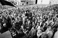 LETTLAND, 21.08.91, Riga. Waehrend des Anti-Gorbatschow-Putsches versuchen sowjetische Truppen, die Kontrolle über Riga zu erhalten, mit dem Scheitern des Putsches gewinnt Lettland endgueltig seine Unabhaengigkeit. - Zehntausende Demonstranten versammelten sich am Parlament zur Siegeskundgebung. Unter ihnen der legendaere Videojournalist Juris Podnieks.   During the anti-Gorbachev-coup Soviet troops try to obtain control of Riga. With the failure of the coup Latvia finally regains its independence. - Tens of thousands of demonstrators gathered at the national parliament to proclaim their victory. Among them legendary video journalist Juris Podnieks..© Martin Fejer/EST&OST