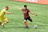 """ATLANTA, GA - AUGUST 22: Gonzalo """"Pity"""" Martinez #10 crosses the ball during a game between Nashville SC and Atlanta United FC at Mercedes-Benz Stadium on August 22, 2020 in Atlanta, Georgia."""