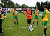 Hooglede - KSV Veurne : vreugde bij Veurne na de promotie op het veld van Hooglede .foto BART VANDENBROUCKE / VDB