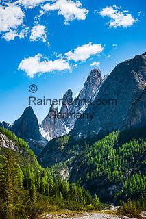 Italien, Suedtirol, bei Sexten, Ortsteil Moos: das malerische Fischleintal im Naturpark Drei Zinnen - ein Nebental des Sextentals - Talschluss vor der Sextener Sonnenuhr mit dem Zwoelferkofel | Italy, South Tyrol (Trentino - Alto Adige), near Sexten, district Moos: the picturesque Fischleintal (Val Fiscalina) at Drei Zinnen Nature Park (Parco Naturale Tre Cime), side valley of Sexten Valley (Valle di Sesto) -  valley end and Sexten Dolomites (Dolomiti di Sesto) La meridiana di Sesto with summit Zwoelferkofel (Cima Dodici)