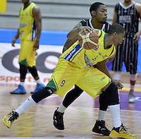 BOGOTÁ -COLOMBIA. 16-10-2013. Dion Harris (I) de Piratas de Bogotá bloquea la linea de juego de Stalin Ortiz (D) de Bambuqueros durante partido válido por la fecha 28 de la  Liga DirecTV de Baloncesto 2013-II de Colombia realizado en el coliseo El Salitre de Bogotá./ Dion Harris (L) of Piratas de Bogota block the line game of Stalin Ortiz (R) of Bambuqueros de Neiva during match valid for the 28th date of DirecTV Basketball League 2013-II in Colombia at El Salitre coliseum in Bogota. Photo: VizzorImage / Gabriel Aponte/ Str