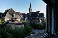 """Das ehemalige St. Josefsheim Waldniel-Hostert, Fuehrung durch das Heim mit der Kentschool Security Group,  [das Josefsheim ist ein ehemaliges Franziskaner-Heim fuer Kinder mit Behinderung, nach 1937 war es die Kinderfachabteilung der Provinzial Heil- und Pflegeanstalt, in dieser Zeit wurden ca. 100 Kindern mit Behinderung durch die Nationalsozialisten ermordet, von 1963 bis 1991 britische Kent-School], heute leerstehende Ruine, [Treffpunkt fuer """"Geisterjaeger""""], lost place, lost places, moderne Ruine, aussen, Sakralbau, Kirche, Kappel, Glaube, Religion, Christentum, Verfall, verfallen, Gedenkstaette, Euthanasie, Kindereuthanasie, Naziverbrechen, Verbrechen, Behinderung, Nationalsozialismus, Nazi-Zeit, Drittes Reich, Geschichte, Historie, Josefs-Heim, Europa, Deutschland, Nordrhein-Westfalen, Viersen, Schwalmtal, 08/2013<br /> <br /> Engl.: Europe, Germany, North Rhine-Westphalia, Viersen, Schwalmtal, former St. Josefsheim Waldniel-Hostert, guided tour through the home with the Kentschool Security Group, building, exterior view, memorial site, euthanasia, mercy killing, crime, disability, National Socialism, Third Reich, history, the Josefsheim is a former home managed by Franciscan monks for disabled children, after 1937 the National Socialists killed approx. 100 disabled children there, from 1963 - 1991 British Kent-School, August 2013"""