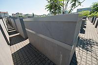 Kaputte Steelen im Holocaustmahnmal in Berlin.<br />Nur neun Jahre nach der Eroeffnung des Holocaustmahnmal sind bereits etliche Steelen des Steelenfeldes durch die Witterung schwer beschaedigt und es besteht die Gefahr, dass sie auseinanderbrechen. Viele Steelen muessen schon mit Metallmanschetten gesichert werden.<br />Das Holocausmahnmal wurde 2005 eroeffnet.<br />22.5.2014, Berlin<br />Copyright: Christian-Ditsch.de<br />[Inhaltsveraendernde Manipulation des Fotos nur nach ausdruecklicher Genehmigung des Fotografen. Vereinbarungen ueber Abtretung von Persoenlichkeitsrechten/Model Release der abgebildeten Person/Personen liegen nicht vor. NO MODEL RELEASE! Don't publish without copyright Christian-Ditsch.de, Veroeffentlichung nur mit Fotografennennung, sowie gegen Honorar, MwSt. und Beleg. Konto: I N G - D i B a, IBAN DE58500105175400192269, BIC INGDDEFFXXX, Kontakt: post@christian-ditsch.de]