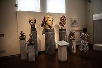Museo archeologico di Atene Una turista orientale fotografa delle statue tardo romane