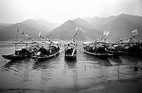 """Yangtze-Fluss in der Provinz Hubei / China<br /> Die chinesische Regierung plant in der Provinz Hubei den Yangtze-Fluss mit einem Staudamm zur Stromgewinnung aufzustauen. Dabei werden ca. 3 Millionen Menschen umgesiedelt.<br /> Hier: Traditionelle Dschunken auf dem Yangtze-Fluss im """"Drei Schluchten-Nationalpark"""".<br /> 1992, Zigui, Provinz Hubei / China<br /> Copyright: Christian-Ditsch.de<br /> [Inhaltsveraendernde Manipulation des Fotos nur nach ausdruecklicher Genehmigung des Fotografen. Vereinbarungen ueber Abtretung von Persoenlichkeitsrechten/Model Release der abgebildeten Person/Personen liegen nicht vor. NO MODEL RELEASE! Nur fuer Redaktionelle Zwecke. Don't publish without copyright Christian-Ditsch.de, Veroeffentlichung nur mit Fotografennennung, sowie gegen Honorar, MwSt. und Beleg. Konto: I N G - D i B a, IBAN DE58500105175400192269, BIC INGDDEFFXXX, Kontakt: post@christian-ditsch.de<br /> Urhebervermerk wird gemaess Paragraph 13 UHG verlangt.]"""