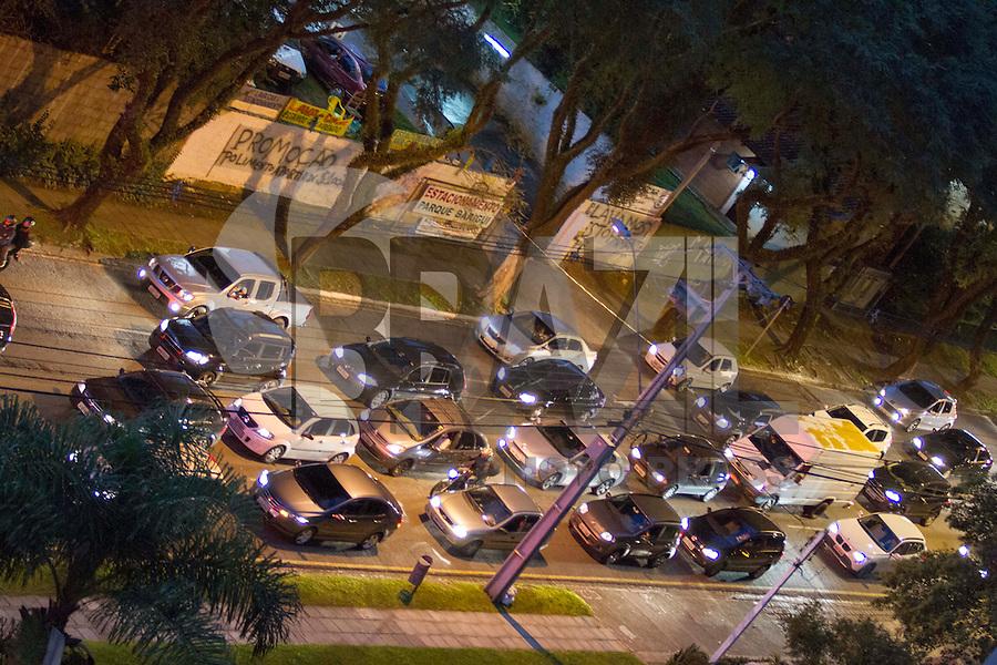 CURITIBA, PR, 24.03.2014 - TRÂNSITO / CURITIBA - Movimento intenso na rua Padre Agostinho, bairro do Bigorrilho, em Curitiba na noite dessa segunda-feira (24). (Foto: Paulo Lisboa / Brazil Photo Press