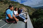 Amérique du Sud. Equateur. Trekking sur les volcans d'Equateur. Jeunes métises sur le toit de l'Autoferro , un pitoresque bus sur rail  qui descend les pentes escarpées des Andesd d'Ibarra  vers San Lorenzo au bord du Pacifique.South America. Ecuador. Trekking on the volcanoes