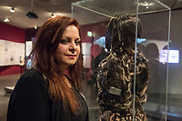 """Juedisches Museum zeigt Schau zu Peruecke, Burka und Ordenstracht.<br /> Das Juedische Museum Berlin widmet sich vom 31. Maerz 2017 an in einer Ausstellung der Verhuellung der Frau. Unter dem Titel """"Cherchez la femme. Peruecke, Burka, Ordenstracht"""" gehe die Schau der Frage auf den Grund, wie viel sichtbare Religiositaet saekulare Gesellschaften heute vertragen, kuendigte das Museum am Dienstag an.<br /> Auffallende religioese Kleidung von Frauen gelte oft als Provokation und sei verbalen Attacken ausgesetzt. Die Ausstellung werfe einen Blick auf die Urspruenge weiblicher Verschleierung und ihre religioesen Bedeutung fuer Judentum, Christentum und Islam.<br /> Auf 400 Quadratmetern werden bis zum 2. Juli die unterschiedlichen Einstellungen zum Umgang mit der weiblichen Verhuellung von Kopf und Koerper seit der Antike gezeigt. Dabei wird die Stellung der Frau zwischen Religion und Selbstbestimmung thematisiert - von der Tradition bis zum religioesen Feminismus. Kuenstlerische Arbeiten reflektieren den Angaben zufolge die Relevanz traditioneller Braeuche fuer die Gegenwart. In Video-Installationen kommen zudem juedische und muslimische Frauen aller Richtungen zu Wort.<br /> Im Bild: Die Kuenstlerin Mandana Moghaddam vor ihrer Skulptur Chelgis I, die aus Haaren besteht. Benannt nach einem persischen Maerchen mit der Heldin Chelgis.<br /> 30.3.2017, Berlin<br /> Copyright: Christian-Ditsch.de<br /> [Inhaltsveraendernde Manipulation des Fotos nur nach ausdruecklicher Genehmigung des Fotografen. Vereinbarungen ueber Abtretung von Persoenlichkeitsrechten/Model Release der abgebildeten Person/Personen liegen nicht vor. NO MODEL RELEASE! Nur fuer Redaktionelle Zwecke. Don't publish without copyright Christian-Ditsch.de, Veroeffentlichung nur mit Fotografennennung, sowie gegen Honorar, MwSt. und Beleg. Konto: I N G - D i B a, IBAN DE58500105175400192269, BIC INGDDEFFXXX, Kontakt: post@christian-ditsch.de<br /> Bei der Bearbeitung der Dateiinformationen darf die Urheberkennzeic"""