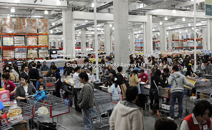 Japanese shoppers crowd into wholesale Costco outlet, Tokyo, Japan. Costco has seen a surge in customers, who are able to buy in bulk at wholesale prices, as the economy has taken a down-turn..