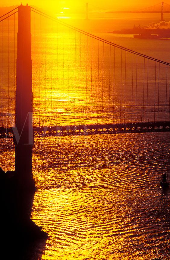 USA, California, San Francisco. Golden Gate Bridge at sunris