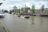 ZWEMSPORT: LEEUWARDEN: 13-06-2018, <br /> <br /> Openwaterzwemmer Maarten van der Weijden deed een training voor de zwemelfstedentocht die hij in augustus zal proberen te zwemmen, hij starte maandag in Amsterdam en finishte woensdag in de Prinsentuin in Leeuwarden zo'n 143 kilometer, het IJsselmeer heeft Maarten in de volgboot overgestoken, vanwege de koude harde wind en gevaar voor onderkoeling door de te lage watertemperatuur was het niet verantwoord om hier te zwemmen, in Stavoren ging hij zwemmend verder, na een moeizame nacht waarin hij maar heel kort heeft geslapen, woensdag arriveerde Van der Weijden rond het middaguur in Leeuwarden waar hij onthaald werd door een groep enthousiaste supporters en de pers.<br /> Met deze actie wil Van der Weijden zoveel mogelijk geld zien inzamelen voor kankeronderzoek, ©foto Martin de Jong