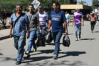 """CUCUTA - COLOMBIA - 27 - 02 - 2016: After remaining closed since December 12, the border between Colombia and Venezuela by decision of Nicolas Maduro, President of Venezuela. In a telephone conversation, on Monday night, presidents Nicolás Maduro and Juan Manuel Santos agreed to """"open the border progressively, with strict vigilance and security."""" Border crossings were re-established from 0600 local time on Tuesday (10H00 GMT), guarded by military personnel, but freight transport is still closed. Photo: VizzorImage / Manuel Hernandez / Cont."""