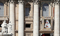 L'arazzo raffigurante Madre Teresa di Calcutta sulla facciata della Basilica, in occasione della cerimonia celebrata da Papa Francesco per la sua canonizzazione, in Piazza San Pietro, Citta' del Vaticano, 4 settembre 2016.<br /> A tapestry portraying Mother Teresa on the facade of St. Peter's Basilica on the occasion of a mass celebrated by Pope Francis for her canonization, in St. Peter's Square at the Vatican, 4 September 2016.<br /> <br /> UPDATE IMAGES PRESS/Isabella Bonotto<br /> <br /> STRICTLY ONLY FOR EDITORIAL USE