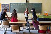 Musikunterricht hat einen hohen Stellenwert in der Waldorfpädagogik und begeistert Romakindern. Die Pädagogin Johnna Rebe unterrichtet Streichinstrumente. /  Eine der 25 Waldorfschulen Rumäniens liegt in dem fast ausschließlich von Roma bewohnten Dorf Rosia in der Mitte des Landes. Anders als in Deutschland kommen die Schüler nicht aus bürgerlichen Familien, sondern meist aus einfachen Verhältnissen.