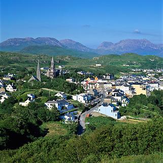 Ireland, County Galway, Connemara: View over Clifden and mountains in Connemara National Park | Irland, County Galway, Connemara, Clifden: die inoffizielle Hauptstadt von Connemara und die Berge des Connemara Nationalparks