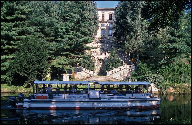 Il Naviglio Grande a Castelletto di Cuggiono (Milano). Un battello turistico passa davanti a Palazzo Clerici --- The Naviglio Grande canal in Castelletto di Cuggiono (Milan). A tourist boat passes by Palazzo Clerici