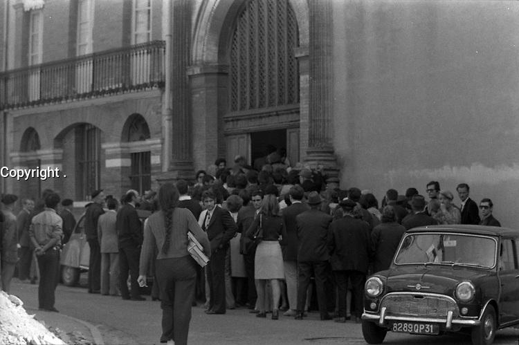 Devant l'entrée du Palais de Justice, rue des Fleurs. 4 octobre 1971. Vue d'ensemble de la foule qui rentre dans le Palais de Justice (personnes vue de dos). Cliché pris lors du procès de René Vignal (ancien footballeur), accusé d'une série de braquages perpétués à Toulouse et dans la région bordelaise entre 1969 et 1970. Observation: Au côté de René Vignal, comparaissaient également MM. Francis Bataille, Roger Claverie, Roger Martin, Marcel Filiol, Jean-Pierre Arrou, Guy Martin, René Doncel et Jean-Louis Parrenin.