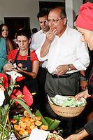 SÃO PAULO, 05 DE MARÇO DE 2013 - LAÇAMENTO DO PROJETO SÃO PAULO ORGÂNICO - AGENDA GERALDO ALCKMIN - O governador Geraldo Alckmin durante o lançamento do projeto São Paulo Orgânico. O  projeto tem como objetivo incentivar a produção de orgânicos propondo políticas públicas de fomento ao mercado de produtos sustentáveis desenvolvido pelas secretarias de Agricultura e Abastecimento e de Meio Ambiente. A presidente do Fussesp (Fundo Social de Solidariedade do Estado de SP), Lu Alckmin, esteve presente no lançamento do projeto, na manhã desta terça-feira(5), no Parque da Água Branca, zona oeste da capital - FOTO LOLA OLIVEIRA/BRAZIL PHOTO PRESS