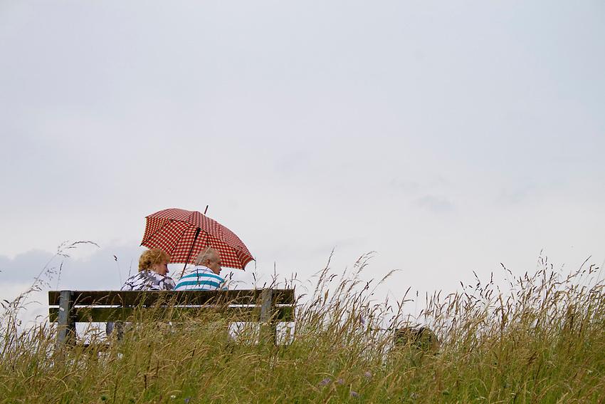 Europa, DEU, Deutschland, Nordrhein Westfalen, NRW, Rheinland, Niederrhein, Zons, Menschen, Touristen, Sitzen auf dem Rheindeich auf einer Sitzbank, Regenschirm, Regen, Regenwetter, Wegindiger Regentag, Kategorien und Themen, Natur, Umwelt, Landschaft, Stimmungen, Wetterfoto, Wetterfotografie, Wetterphotos, Wetterphotographie, Menschen, Personen, Leute, Menschenfotografie, People, Menschenfotos....[Fuer die Nutzung gelten die jeweils gueltigen Allgemeinen Liefer-und Geschaeftsbedingungen. Nutzung nur gegen Verwendungsmeldung und Nachweis. Download der AGB unter http://www.image-box.com oder werden auf Anfrage zugesendet. Freigabe ist vorher erforderlich. Jede Nutzung des Fotos ist honorarpflichtig gemaess derzeit gueltiger MFM Liste - Kontakt, Uwe Schmid-Fotografie, Duisburg, Tel. (+49).2065.677997, ..archiv@image-box.com, www.image-box.com]