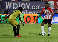 BARRANQUILLA-COLOMBIA, 20-09-2020: Luis Gonzalez de Atletico Junior y Jonny Mosquera de Rionegro Aguilas Doradas disputan el balon, durante partido entre Atletico Junior y Rionegro Aguilas Doradas, de la fecha 9 por la Liga BetPlay DIMAYOR I 2020, jugado en el estadio Romelio Martinez de la ciudad de Barranquilla. / Luis Gonzalez of Atletico Junior and Jonny Mosquera of Rionegro Aguilas Doradas battle for the ball, during a match between Atletico Junior and Rionegro Aguilas Doradas of the 9th date for the BetPlay DIMAYOR I Leguaje 2020 played at the Romelio Martinez Stadium in Barranquilla city. / Photo: VizzorImage / Jairo Cassiani / Cont.