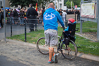 """Protest gegen Fluechtlingsunterkunft in Heidenau.<br /> Etwa 150-200 ogenannte """"besorgter Buerger"""", Hooligans und Nazis uzogen am Freitag den 28. August mit einer Demonstration durch Heidenau um gegen die Fluechtlingsunterkunft in ihrer Stadt zu demonstrieren. Der Pegida-Anwalt Jens Lorek trat zwar nur als Ordner auf, hatte aber das sagen auf der Demonstration.<br /> Im Bild: Ein Hooligan betrachtet die Demonstration. Auf dem Ruecken seiner Jacke ist ein Schlagring mit dem Schriftzug """"In jeder Sprache"""" abgebildet.<br /> 28.8.2015, Heidenau<br /> Copyright: Christian-Ditsch.de<br /> [Inhaltsveraendernde Manipulation des Fotos nur nach ausdruecklicher Genehmigung des Fotografen. Vereinbarungen ueber Abtretung von Persoenlichkeitsrechten/Model Release der abgebildeten Person/Personen liegen nicht vor. NO MODEL RELEASE! Nur fuer Redaktionelle Zwecke. Don't publish without copyright Christian-Ditsch.de, Veroeffentlichung nur mit Fotografennennung, sowie gegen Honorar, MwSt. und Beleg. Konto: I N G - D i B a, IBAN DE58500105175400192269, BIC INGDDEFFXXX, Kontakt: post@christian-ditsch.de<br /> Bei der Bearbeitung der Dateiinformationen darf die Urheberkennzeichnung in den EXIF- und  IPTC-Daten nicht entfernt werden, diese sind in digitalen Medien nach §95c UrhG rechtlich geschuetzt. Der Urhebervermerk wird gemaess §13 UrhG verlangt.]"""