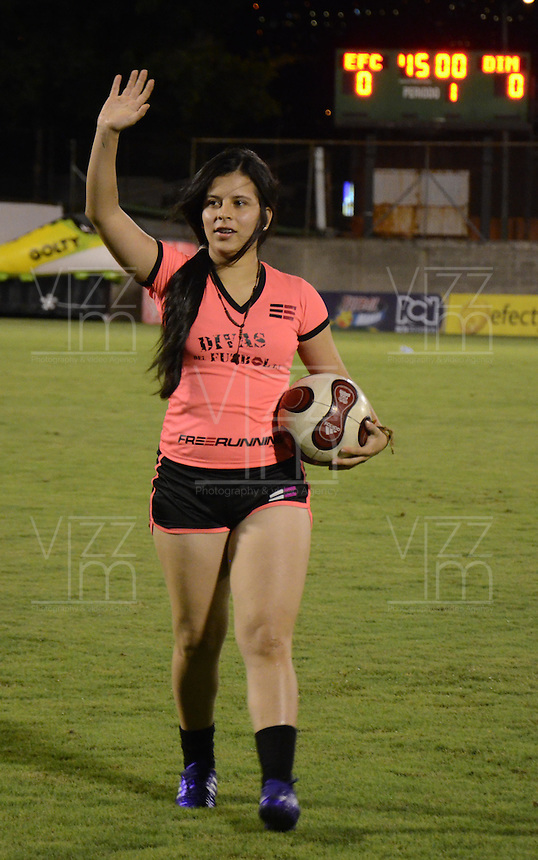 ENVIGADO -COLOMBIA-26-10-2014. Aspecto del performance de las Divas del Fútbol en el entretiempo del encuentro entre Envigado FC e Independiente Medellin por la 16 fecha de La Liga Postobon jugado en el estadio Polideportivo Sur. / Aspecto of the performance of the Soccer's Divas at the halftime of the match between Envigado FC and Independiente Medellin for the 16th date Postobon League played at the Polideportivo Sur Stadium. Photos: VizzorImage / Luis Rios / Stringer.  Photo: VizzorImage/Luis Ríos/STR