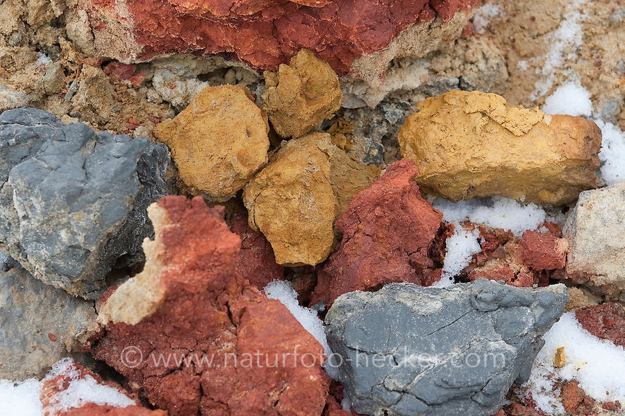 Bunte Erde, mit der sich verschiedene schöne Farben anmischen lassen, Kinder malen mit selbstangemischten Erdfarben, Farbe aus verschiedenfarbiger Erde angemischt mit Wasser und Kleister