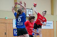 Patricia Becker (rot) wirft gegen Nathalie Schäfer (blau) - Mörfelden-Walldorf 09.02.2020: TGS Walldorf vs. TGB Darmstadt, Sporthalle