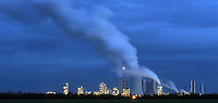 Kraftwerk Lippendorf bei Böhlen am Abend - besonders weit sichtbar ist die Gasfackel. <br /> <br />  Foto: Norman Rembarz