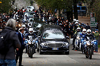 The long cars procession during the funeral of the Italian actor Gigi Proietti. The actor was taken to the Globe Theatre for a short ceremony before the one in the church of Artist in Piazza del popolo.<br /> Rome (Italy), November 5th 2020<br /> Photo Samantha Zucchi Insidefoto