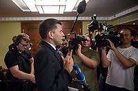 """Treffen des Zentralrat der Muslime mit AfD-Parteispitze am 23. Mai 2016 im Regent-Hotel in Berlin.<br /> Der Zentralrat der Muslime (ZDM) hatte fuehrende AfD-Politiker zu einem Gespraech eingeladen, um ueber diskriminierende und islamfeindliche Ausserungen und Passagen im AfD-Parteiprogramm zu reden. Die AfD-Politiker liessen das Gespraech nach kurzer Zeit platzen und beschuldigten den ZDM """"nicht auf Augenhoehe"""" mit der AfD reden und sie """"erpressen"""" zu wollen.<br /> Im Bild: Die AfD hat nach kurzer Zeit das Gepraech abgebrochen und Christian Lueth, AfD-Pressesprecher erklaert den Medien, dass es ein separates Pressestatement geben wird.<br /> 23.5.2016, Berlin<br /> Copyright: Christian-Ditsch.de<br /> [Inhaltsveraendernde Manipulation des Fotos nur nach ausdruecklicher Genehmigung des Fotografen. Vereinbarungen ueber Abtretung von Persoenlichkeitsrechten/Model Release der abgebildeten Person/Personen liegen nicht vor. NO MODEL RELEASE! Nur fuer Redaktionelle Zwecke. Don't publish without copyright Christian-Ditsch.de, Veroeffentlichung nur mit Fotografennennung, sowie gegen Honorar, MwSt. und Beleg. Konto: I N G - D i B a, IBAN DE58500105175400192269, BIC INGDDEFFXXX, Kontakt: post@christian-ditsch.de<br /> Bei der Bearbeitung der Dateiinformationen darf die Urheberkennzeichnung in den EXIF- und  IPTC-Daten nicht entfernt werden, diese sind in digitalen Medien nach §95c UrhG rechtlich geschuetzt. Der Urhebervermerk wird gemaess §13 UrhG verlangt.]"""