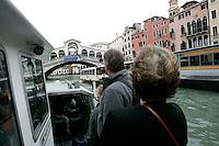 Turisti su un vaporetto lungo il Canal Grande, a Venezia. Sullo sfondo, il Ponte di Rialto.<br /> Tourists on a vaporetto cruising the Canal Grande in Venice. In background, the Rialto Bridge.<br /> UPDATE IMAGES PRESS/Riccardo De Luca