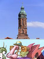 6. internationale Streetartmeile und Turm der Marktkirche St. Jacobi, Einbeck, Niedersachsen, Deutschland, Europa<br /> 6. internatinal Streetart and marketchurch St. Jacobi, Einbeck, Lower Saxony, Germany, Europe