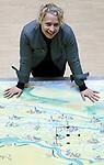 """Foto: VidiPhoto<br /> <br /> TIEL - We zijn er nog lang niet, verduidelijkt Hennie Roorda, heemraad van het Waterschap Rivierenland. """"In 2017 zijn er door het Rijk nieuwe veiligheidsnormen vastgesteld voor de dijken en dat betekent dat in ons gebied -van Millingen aan de Rijn tot en met Kinderdijk- 450 km. van de totale lengte van 500 km. opnieuw aangepakt moet worden. Dan gaat het niet zozeer om een verhoging, maar om versterking. Deze nieuwe eisen gelden tot 2050. Kort gezegd, met de veiligheid van de dijken zijn we nooit klaar."""""""