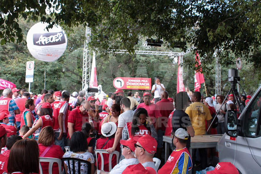 SÃO PAULO,SP,16.08.2015  - PROTESTO-SP - Ato em apoio ao PT em frente ao Instituto Lula no bairro do Ipiranga na região Sul da cidade de São Paulo na tarde deste domingo, 16. (Foto: Carlos Pessuto/Brazil Photo Press)